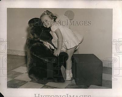 1937 Press Photo A young girl playing with huge teddy bear