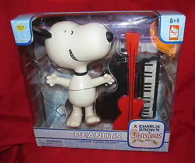 "PEANUTS ""A Charlie Brown Christmas"" Set - Deluxe SNOOPY--Plays Classic Peanuts"