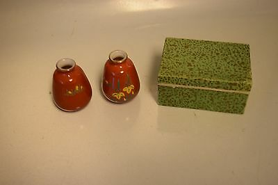 Nice Vintage Set Of Miniature Vases With Floral Motif Made In Japan In Box