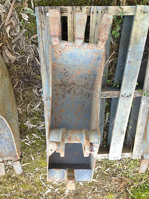 EXCAVATOR / BACK HOE / DIGGER  BUCKET WITH DIGGING TEETH 285 mm WIDE