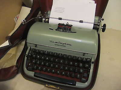 Typewriter manual REMINGTON QUIET RITER + dust cover & hard green/cream case +IN