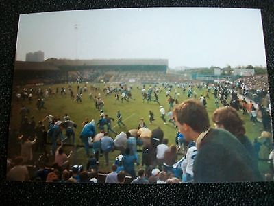 """MILLWALL THE DEN Crowd invasion  1980s ??  6""""x4""""  Photo REPRINT"""