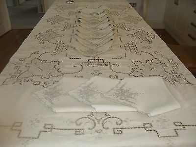 Fabulous Quality Vintage Madeira Embroidered Linen Tablecloth And Twelve Napkins