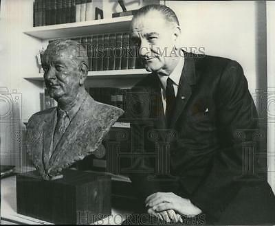 1966 Press Photo President Lyndon B. Johnson with Sculpture of himself