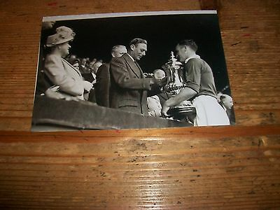 """MANCHESTER UNITED 1948 FA CUP FINAL Receiving cup from The King  6""""x4""""  REPRINT"""
