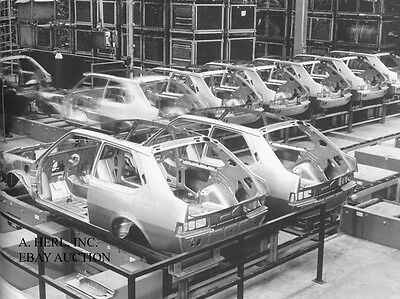Volvo 343 DAF 77 assembly line 1976 body frame photo photograph