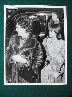 Antique Press Photo of a Young Princess Margaret & Daughter at Pantomime 1976
