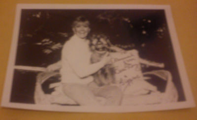DORIS DAY HAND SIGNED 7 x 5 PHOTO AUTOGRAPH WITH BIGGEST THE DOG c 1979 VGC COA