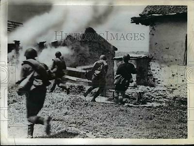 1942 Press Photo Red Army troops run across field as they set village free