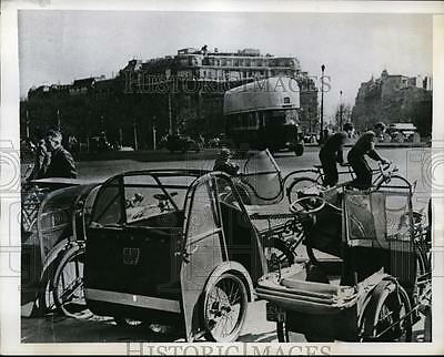 1943 Press Photo Paris France wartime taxi bikes due to few cars