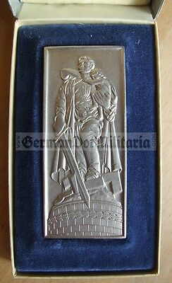 lc33) East German cased plaque Berlin WW2 Soviet Soldier Monument DDR Russian