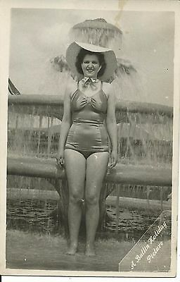 BUTLINS OFFICIAL HOLIDAY PICTURE OF A LOVELY LADY 1930s-1940s PC
