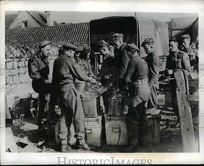 1941 Press Photo Canadian Soldiers Have Lunch in English Army Maneuvers