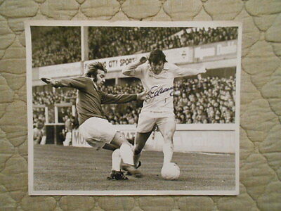 B/w Action Photo Of E. Gray Evade Tackle From M. Bernard 1976 Signed By E. Gray