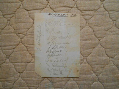 BURNLEY FC AUTOGRAPHED ALBUM PAGE BY 13 PLAYERS 1930s