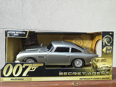 James Bond ASTON MARTIN DB5 GOLDFINGER LIGHTS & SOUND GADGETS 1:24