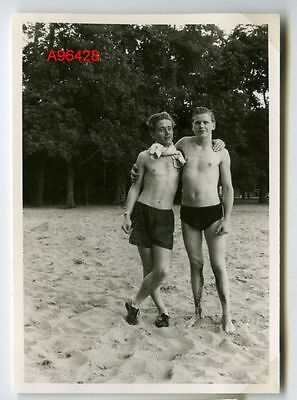 1950s VINTAGE PHOTO TWO YOUNG BEACH GUYS BOYS HUGGING