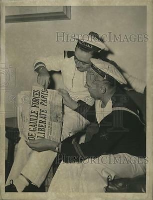 1944 Press Photo Sailors Henri Tastayre,Bertin Chalony Read of French Liberation