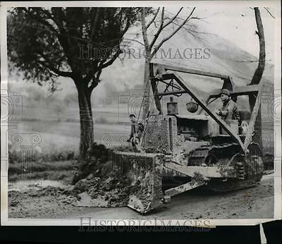 1944 Press Photo US Army Engineers repairs bombed roads in Italy on X mas