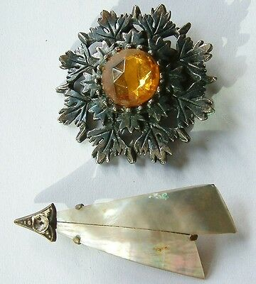 2 Vintage Brooches on Round Metal with amber colour glas & other mother of Pearl