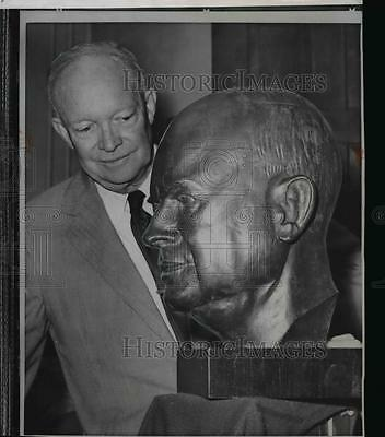 1951 Press Photo Former President Dwight D. Eisenhower admires his mahogany bust