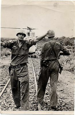 Old Press Photo American Soldiers & Helicopter Saigon Vietnam War