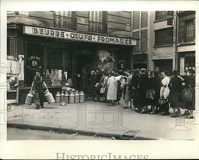 1940 Press Photo French at Food Store in L'Avenue Kleber in Paris, WWII