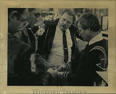 1984 Press Photo Police Check the Ties used on James Schinner's Hands