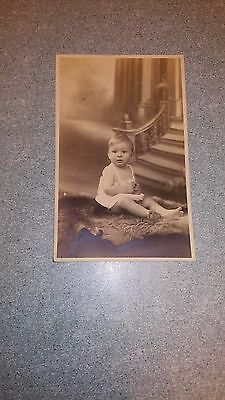 "Ancienne carte postale photo "" bébé assis en pause """