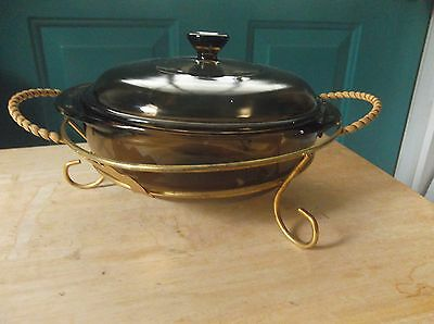 Round Amber Pyrex 1.5 Liter Glass Casserole Dish with Lid and Metal Holder