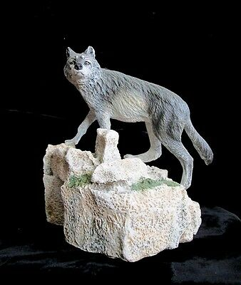 """Figurine/statue Large Grey Wolf Standing On A Rock 5 1/2"""" X 7"""" Mint"""
