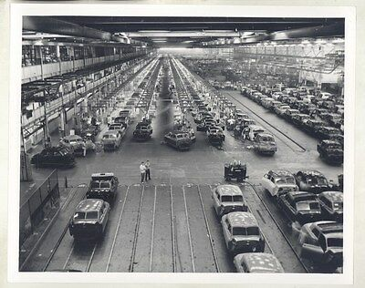 1946 Kaiser Frazer Factory Assembly Line Workers ORIGINAL Factory Photo ww7785