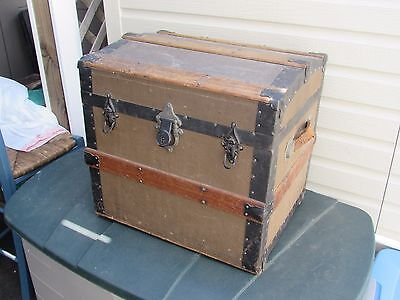 VINTAGE TRUNK CHEST GREAT LOOK  20 x 16 x 18 NICE LOOK Missing Wheel