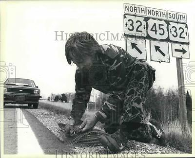 1985 Press Photo Chris Cold sets trap for birds of prey along roads, Milwaukee