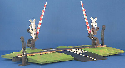 Bachmann 143/3027 grassy grade crossing with signals C-9 NR