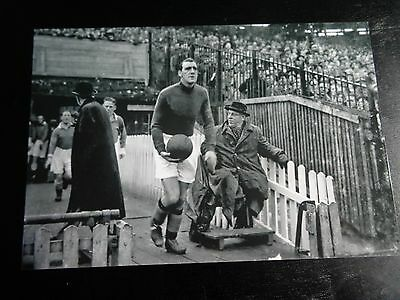 "MANCHESTER CITY player Frank swift coming on the pitch 1950s  6""x4""  REPRINT"