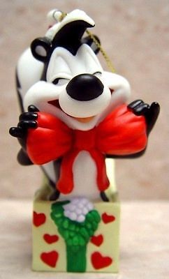 Goebel LOONEY Tunes WB Store PEPE Le PEW XMAS Present Ornament GIFT JOY LOVE 947
