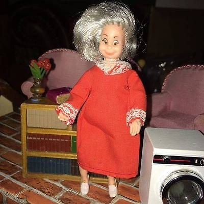 1:16th Scale Mrs Hogarin (Little vintage Spanish lady)