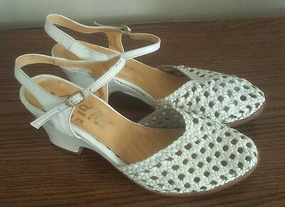 Vtg Red Hot 80s Woven WHITE  leather Wedges Sandel shoes, ankle strap