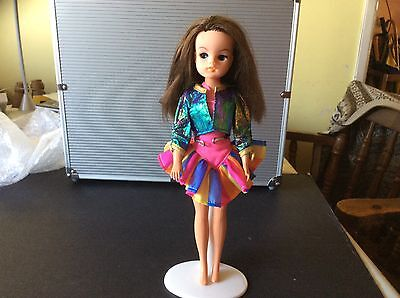 VINTAGE SIDE PARTING BRUNETTE SINDY - 033055X - 1980's - with OUTFIT