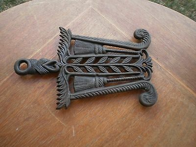 vintage cast iron trivet no 10 t-6 grain and tassel stk345