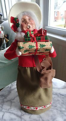 Byers Choice Caroler - 1997 Mrs. Claus with Handful of Gifts