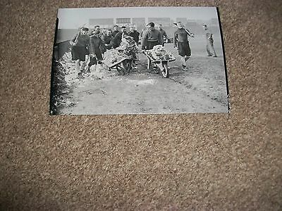 """FULHAM  PLAYERS 1939  snow clearance  6""""x4""""  Photo REPRINT"""