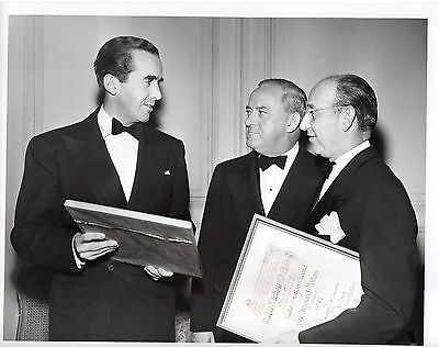 g918. Original Photo 1947 CBS-TV Radio Newsman Edward R Murrow with duPont Award