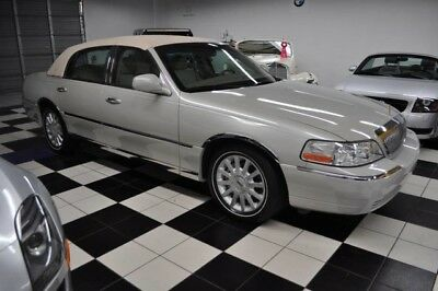 2007 Lincoln Town Car Signature Sedan 4-Door 2007 Lincoln ONLY 28,799 MILES! ONE OWNER! CARFAX CERTIFIED!