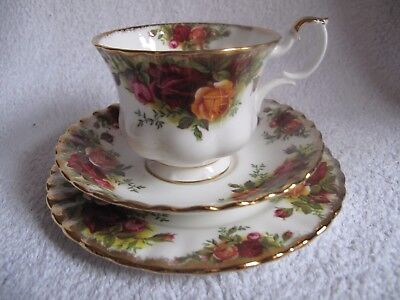 "Royal Albert "" OLD COUNTRY ROSES "" Tea Trio made in England"