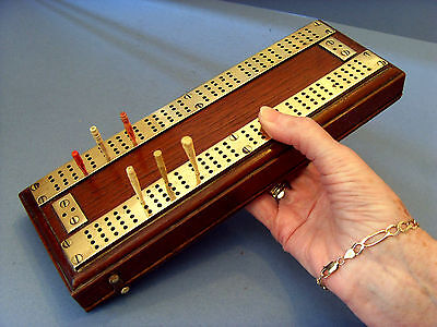 EARLY EDWARDIAN MAHOGANY & BRASS CRIBBAGE BOARD & CARD BOX WITH COUNTERS c 1910.