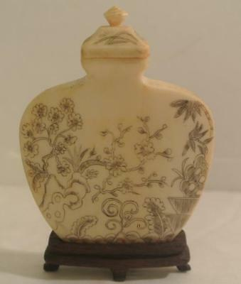 FINE QUALITY Antique Chinese China Floral Scrimshaw Snuff Bottle Vase Wood Base