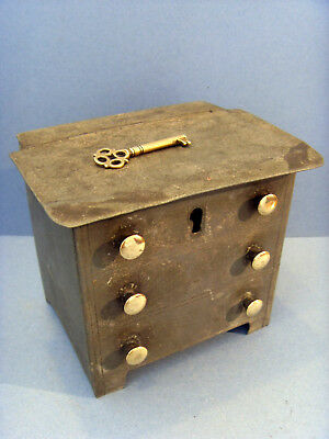 LATE VICTORIAN CHEST OF DRAWERS TIN MONEY BOX WITH BRASS KNOBS & KEY, c1890-1901