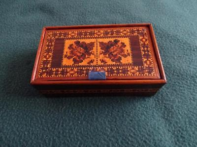 LATE 19th,C TUNBRIDGE WARE PIN HINGED LIDDED BOX WITH FLORAL DECORATION TO LID